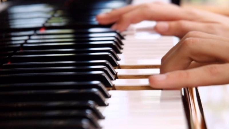 nauka gry na pianinie niesie trudy i przyjemnosci